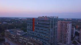 Riga, Latvia 20 de julho de 2018 Opinião aérea do por do sol sobre Riga filme