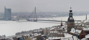 Riga, Latvia, Doms el el invierno, visión (panorama) desde la iglesia de San Pedro Foto de archivo libre de regalías