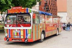 RIGA LATVIA-11 JULI 2017: Den turist- bussen för en sight turnerar på Royaltyfria Bilder