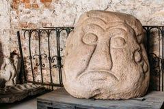Riga, Latvia La testa della pietra di Salaspils è statua di pietra dell'idolo antico dello slavo in museo fotografia stock