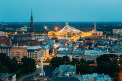 Riga, Latvia La vista aérea del paisaje urbano en noche de la tarde enciende la iluminación Opinión superior del verano de la igl Imágenes de archivo libres de regalías