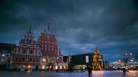 Riga, Latvia Lasso di tempo Timelapse al rallentatore della città Hall Square, posto popolare con i punti di riferimento famosi s archivi video