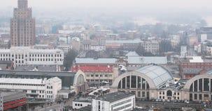 Riga, Latvia Paesaggio urbano di vista superiore in Misty Fog Rainy Day Accademia delle scienze lettone, internazionale di Riga d archivi video