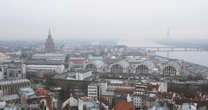 Riga, Latvia Paesaggio urbano di vista superiore in Misty Fog Rainy Day Accademia delle scienze lettone, sviluppata su Of Moscow  video d archivio