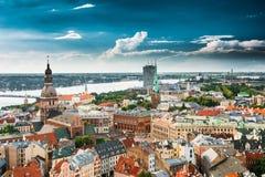 Riga, Latvia Paisaje urbano en Sunny Summer Day Señales famosas - bóveda de Riga fotos de archivo