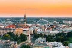 Riga, Latvia Paisaje urbano Vista superior de la iglesia del ` s de San Pedro, bulevar Imagen de archivo libre de regalías