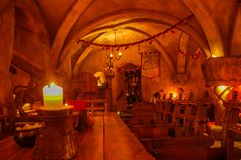 Riga, Latvia 01 possono 2017 Vecchio ristorante medievale Rozengrals Candele sulla tavola di legno immagine stock