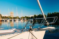 Riga, Latvia Prua dell'yacht bianco attraccata alla città Pier Harbour Ba Immagini Stock Libere da Diritti