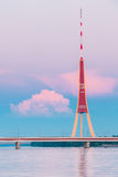 Riga, Latvia Torre famosa da televisão do marco no por do sol roxo cor-de-rosa ou no céu das cores do nascer do sol Fotos de Stock