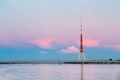 Riga, Latvia Torre famosa da televisão do marco no por do sol roxo cor-de-rosa ou no céu das cores do nascer do sol Imagens de Stock