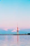 Riga, Latvia Torre famosa da televisão do marco no por do sol roxo cor-de-rosa ou no céu das cores do nascer do sol Fotografia de Stock