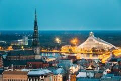 Riga, Latvia Vista aérea del paisaje urbano por la tarde o la noche del verano Fotografía de archivo