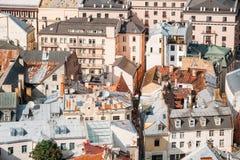 Riga, Latvia Vista superior em Rusty Roofs Old Houses In idoso Sunny Da fotos de stock