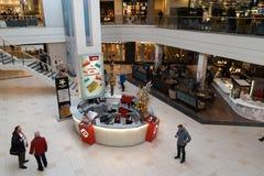 RIGA, LETÓNIA - 4 DE ABRIL DE 2019: Centro de compra do alfa no distrito de Julga - salão principal de cima de fotos de stock royalty free