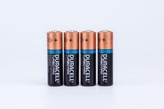 Riga, Letónia - 18 de abril de 2017: As baterias de Duracell, Duracell são um tipo americano Imagens de Stock Royalty Free