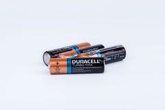 Riga, Letónia - 18 de abril de 2017: As baterias de Duracell, Duracell são um tipo americano Imagem de Stock