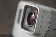 RIGA, LETÓNIA - 24 de fevereiro de 2017: A sessão da câmera HERO5 de GoPro combina 4K o vídeo, simplicidade do um-botão e a voz c Fotografia de Stock Royalty Free