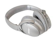 RIGA, LETÓNIA - 10 de janeiro de 2017: Bose QuietComfort 35 fones de ouvido sem fio Imagem de Stock