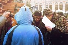 RIGA, LETÓNIA - 4 de janeiro: tarefas de decisão com os heróis dos livros Co Imagem de Stock Royalty Free