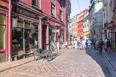 RIGA LETÓNIA 11 DE JULHO DE 2017: Rua velha do turista do ` s de Riga da capital de Letónia fotografia de stock