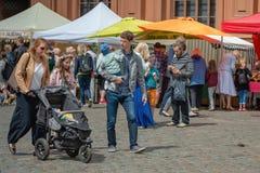 RIGA, LETÓNIA - 22 DE JUNHO DE 2018: Mercado do solstício de verão Sagacidade da família imagens de stock
