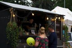 Riga, Letónia - 24 de maio de 2019: Acople comprar a cerveja deliciosa do barman foto de stock