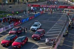 Riga, Let?nia - 19 de maio de 2019: Carros que preparam-se para a maratona fotografia de stock royalty free