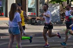 Riga, Let?nia - 19 de maio de 2019: Homem com a barba que alcan?a para o rafrescamento imagem de stock royalty free