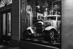 Riga, Letónia - 20 de março de 2017: hot rod branco na barra do vintage do americano da derrota 66 na noite, preto e branco Fotografia de Stock Royalty Free