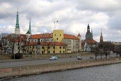 RIGA, LETÓNIA - 19 DE MARÇO DE 2012: Vista do castelo de Riga O castelo é uma residência para um presidente de Letónia Imagens de Stock