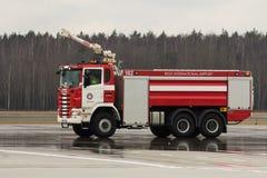 RIGA, LETÓNIA - 11 DE NOVEMBRO DE 2017: Carro de bombeiros moderno no departamento dos bombeiros do aeroporto no aeroporto intern Fotos de Stock