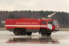 RIGA, LETÓNIA - 11 DE NOVEMBRO DE 2017: Carro de bombeiros moderno no departamento dos bombeiros do aeroporto no aeroporto intern Imagens de Stock