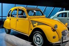 RIGA, LETÓNIA - 16 DE OUTUBRO: Carro retro do museu 1969 do motor de CITROEN 2CV Riga do ano, o 16 de outubro de 2016 em Riga, Le Imagem de Stock