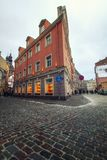 Riga, Let?nia - 5 de janeiro de 2019: Ruas da cidade velha em Riga Caminhada atrav?s das ruas antigas da cidade fotografia de stock