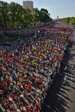Riga, Let?nia - 19 de maio de 2019: Corredores de maratona de Riga TET que correm da linha do come?o imagens de stock royalty free
