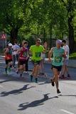 Riga, Let?nia - 19 de maio de 2019: Os corredores os mais r?pidos que chegam ao primeiro ponto do rafrescamento imagens de stock