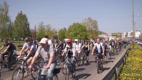 RIGA, LET?NIA - 1? DE MAIO DE 2019: Parada da bicicleta no Dia do Trabalhador com fam?lias e amigos na estrada do espa?o p?blico  video estoque