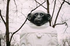 Riga, Letland Aapstandbeeld in een spacesuit in Kronvalda-park ST royalty-vrije stock afbeeldingen