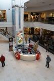 RIGA, LETLAND - APRIL 4, 2019: Alpha- winkelend centrum in Julga-district - Hoofdzaal van hierboven stock afbeelding