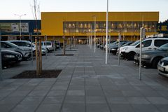 RIGA, LETLAND - APRIL 3, 2019: IKEA-wandelgalerij hoofdingang tijdens donkere avond en wind - Blauwe hemel op de achtergrond royalty-vrije stock fotografie