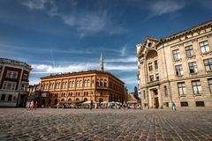 Riga, Letland - Augustus 2018: Mening over Stad Hall Square in Riga Quare Letse Ratslaukums is één van centraal Royalty-vrije Stock Foto's