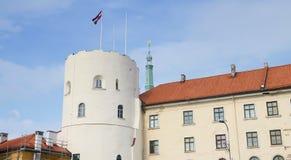 Riga, Letland - Augustus 10, 2014 - Riga caslte met de vlag van Letland in de hemel Het kasteel is een woonplaats voor een presid stock fotografie