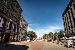Riga, Letland, Augustus 2018 - Smalle middeleeuwse straat in oud Riga dat de hoofd en grootste stad van Letland, een majoor is Royalty-vrije Stock Afbeeldingen