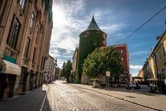Riga, Letland, Augustus 2018 - Smalle middeleeuwse straat in oud Riga dat de hoofd en grootste stad van Letland, een majoor is Stock Foto