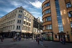 Riga, Letland, Augustus 2018 - Smalle middeleeuwse straat in oud Riga dat de hoofd en grootste stad van Letland, een majoor is Royalty-vrije Stock Foto