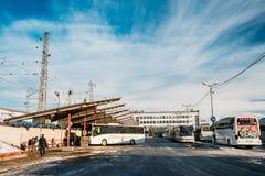 Riga, Letland Bussen bij de Internationale Bus Terminal worden geparkeerd dat van Riga Royalty-vrije Stock Afbeeldingen