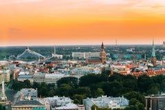 Riga, Letland Cityscape Hoogste Mening van Nationale Bibliotheek, Dom van Riga Stock Afbeelding