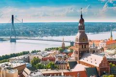 Riga, Letland Cityscape in Sunny Summer Day Beroemd Oriëntatiepunt - R royalty-vrije stock foto's