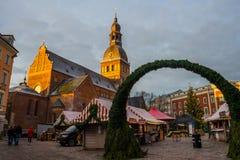 Riga, Letland: De niet geïdentificeerde groep mensen geniet Kerstmis van markt die bij Kerstmismarkt wordt gehouden in de winter  royalty-vrije stock fotografie