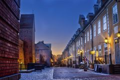 Riga, Letland, 2017 december: Verfraaide Kerstmisstraat van Oude Stad bij nacht Stock Foto's